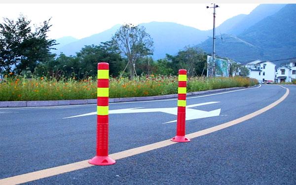 Cọc tiêu hình trụ thường được lắp đặt cố định trên đường