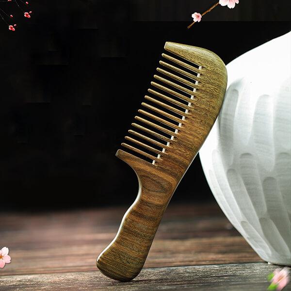 Lược gỗ có tay cầm đẹp, màu sắc tự nhiên sang trọng, an toàn với người sử dụng