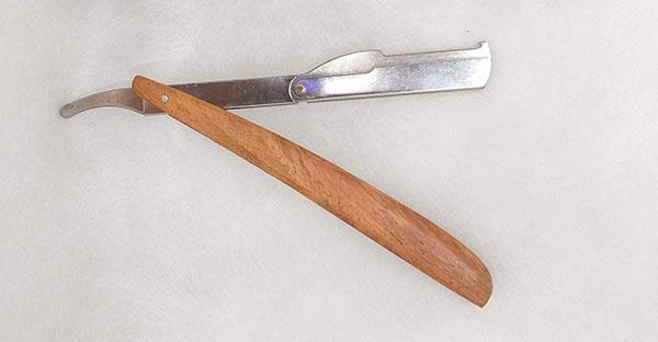 Dao cạo mặt cán gỗ được sử dụng phổ biến từ xưa tới nay