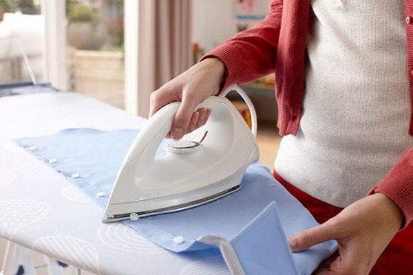 Khách sạn thường cho du khách mượn bàn là để làm phẳng, khô quần áo