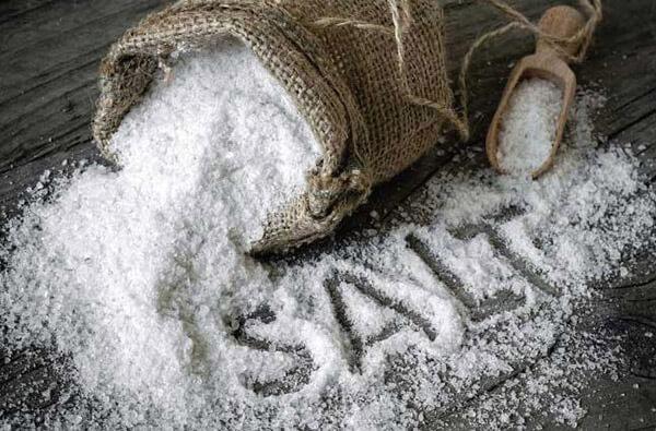 Muối có khả năng kháng khuẩn và tẩy sạch mùi mốc