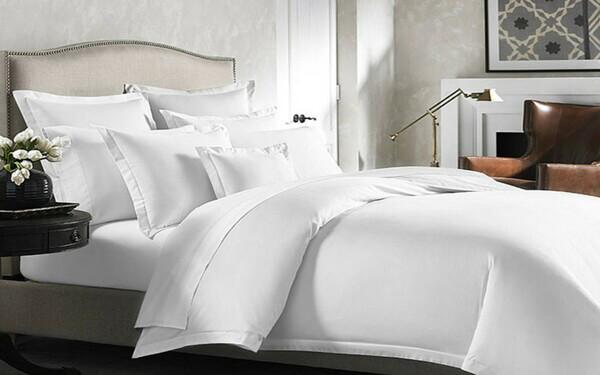 Ga giường trắng đem lại cảm giác tươi mới cho căn phòng