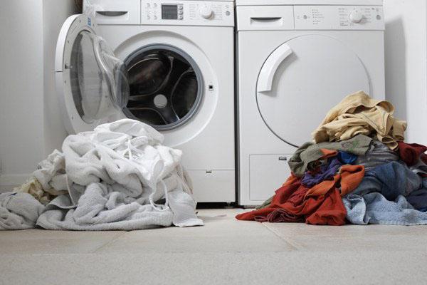 Giặt lẫn ga giường cùng với những đồ khác sẽ khiến chúng dễ bị phai màu