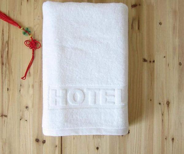 Việc in logo lên bề mặt khăn tắm giúp các khách sạn truyền tải giá trị hình ảnh thương hiệu