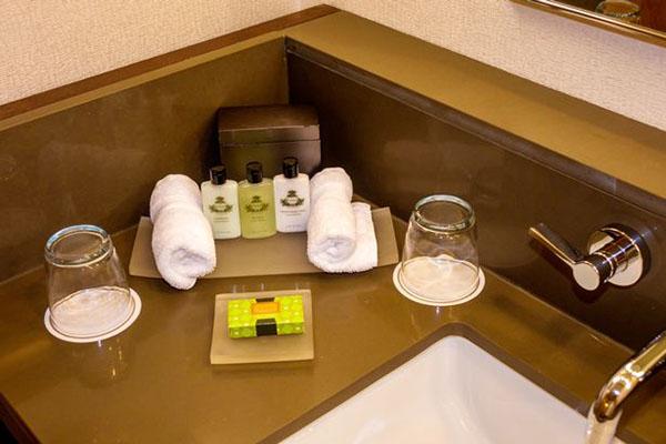 Khách thuê phòng lấy đồ dùng 1 lần trong khách sạn có sao không? Hãy cùng giải đáp thắc mắc ngay sau đây