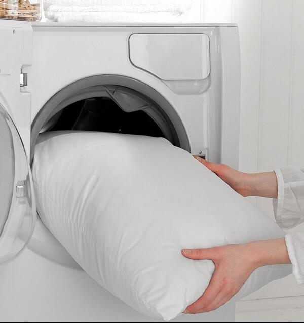 Do kháng ẩm tốt và nhanh khô nên có thể giặt giũ với nước