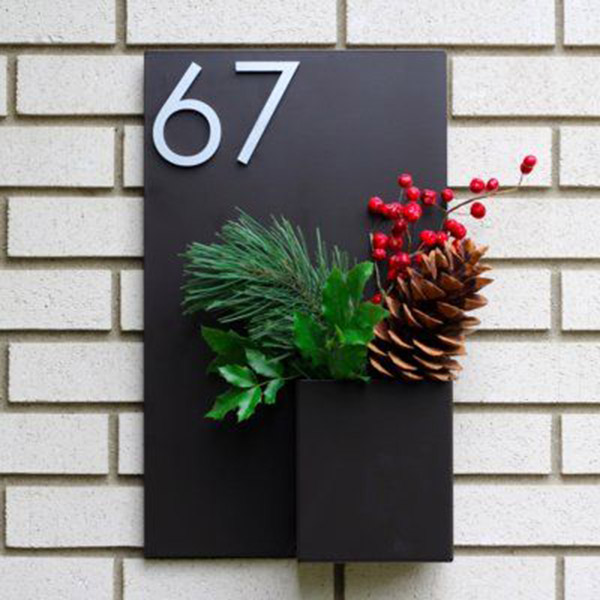 Trên nèn đen, bảng số phòng màu trắng nổi bật. Họa tiết hoa lá đi kèm đủ tinh tế với đường nét thẩm mỹ cao