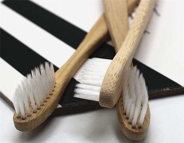 Sản phẩm bàn chải tre của Poliva với lông chải mềm mịn, chải sạch sâu