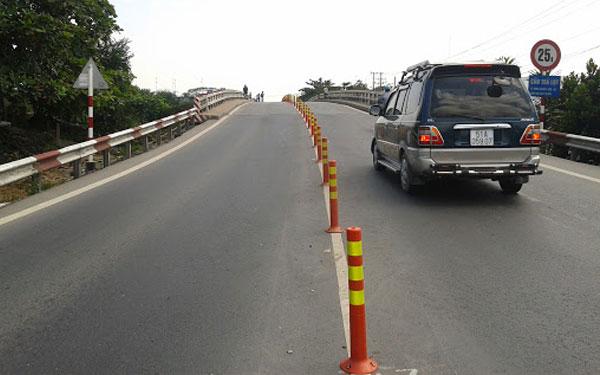 Cọc tiêu inox được đặt cố định để phân làn giao thông