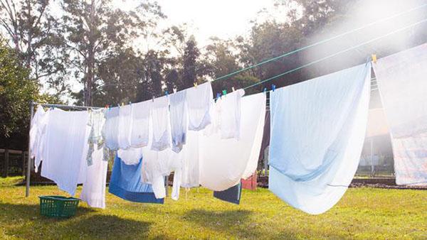 Phơi đồ lâu dưới nắng gắt sẽ làm vải bị giòn và hứng nhiều bụi bẩn
