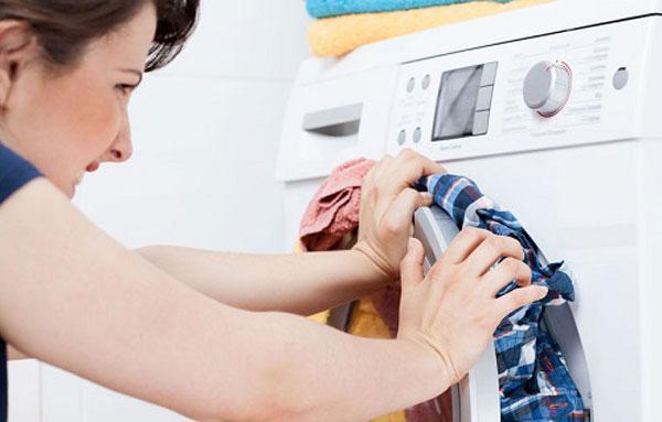 Khi để máy giặt chạy quá tải, không những ảnh hưởng ga giường mà còn làm hỏng máy giặt