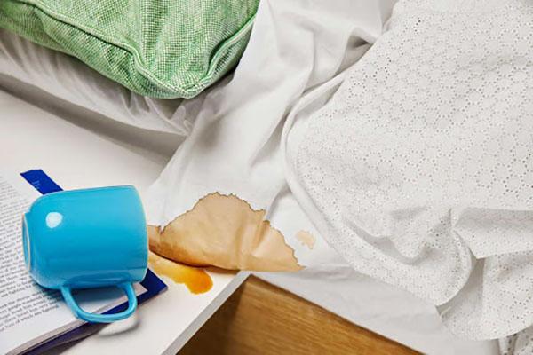 Không xử lý các vết bẩn cứng đầu trước khi cho vào máy là sai lầm khi giặt ga rất phổ biến