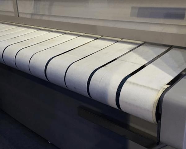 Vì có kích thước lớn và số lượng nhiều nên phải sử dụng máy là công nghiệp để làm phẳng sản phẩm