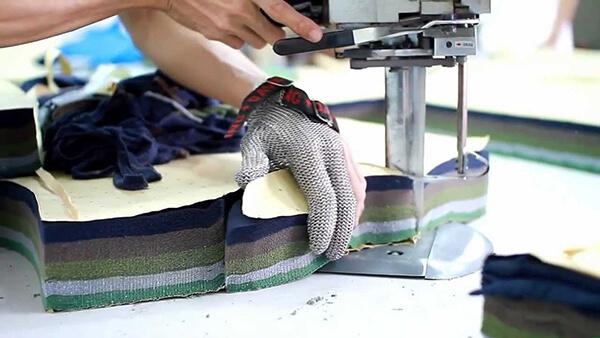 Máy cắt công nghiệp luôn được ưu tiên sử dụng trong các xưởng sản xuất chăn ga gối đệm