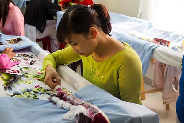 Thêu hoa văn bằng tay cần sự khéo léo và tỉ mỉ của người thợ