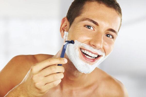 Cạo theo chiều mọc của râu để tránh tổn thương da cũng như hạn chế râu mọc cứng