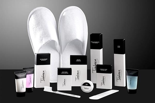 Sự kết hợp hai màu trắng - đen tạo ra sự độc đáo trong bộ đồ dùng tiêu hao khách sạn