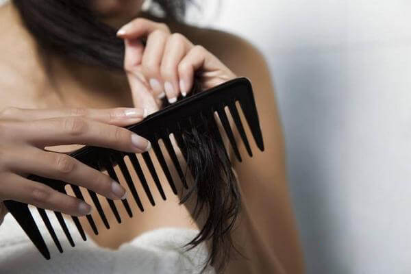 Bạn có thể yên tâm chải tóc bằng lược răng thưa mà không lo gãy rụng