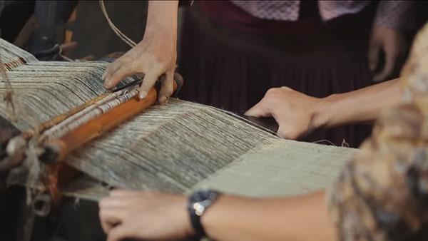 Vải linen được dệt thô thủ công nên rất cần khéo léo của người thợ