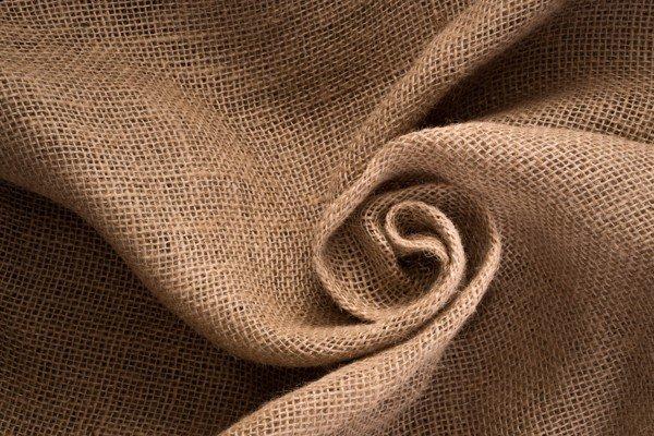 Độ rỗng giữa các sợi lanh khiến vải linen có độ thoáng khí và điều hòa ẩm rất tốt