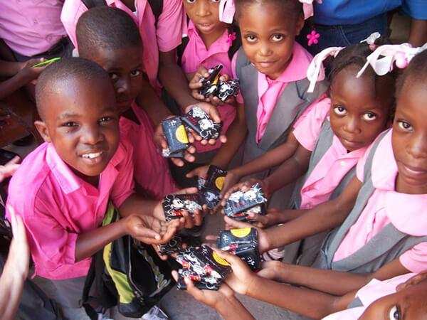 Xà bông trao tay cho các trẻ em nghèo nhằm hạn chế dịch bệnh lây lan
