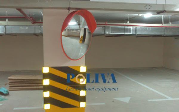 Gương cầu lồi được lắp đặt trong hầm để xe
