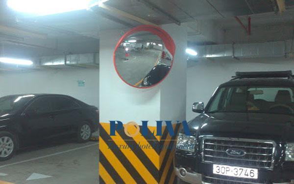 Gương cầu lồi lắp đặt trong tầng hầm giữ xe để tăng tầm nhìn