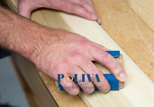 Đánh bóng mặt gỗ khiến chúng trở nên láng mịn và phẳng hơn