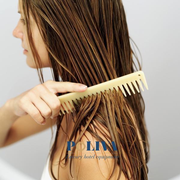Dùng lược thưa gỡ rối tóc trước khi sấy giúp tóc đỡ rụng và gãy hơn hẳn