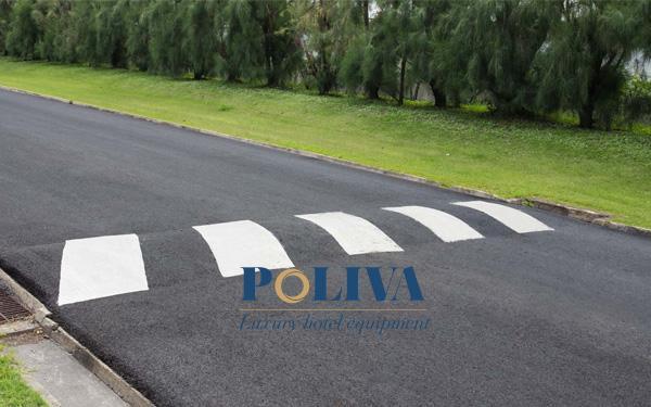Gờ giảm tốc bằng bê tông được xây trực tiếp trên đường
