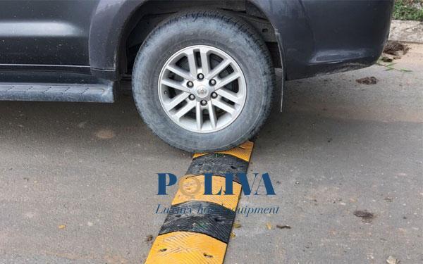 Xe ô tô lao nhanh qua gờ giảm tốc không bị ảnh hưởng nghiêm trọng