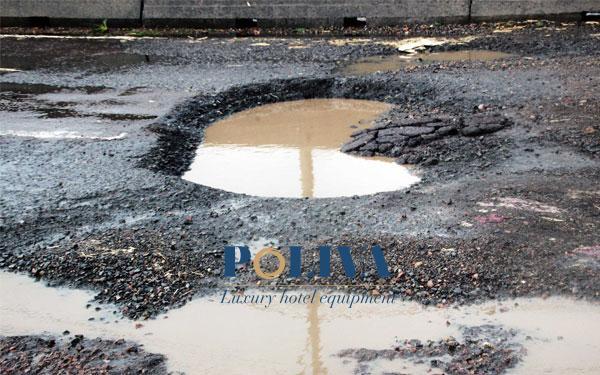 Lốp xe bị ảnh hưởng nghiêm trọng khi xe lao nhanh qua ổ gà