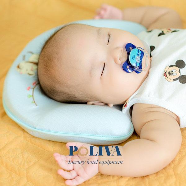 Gối cao su non là sản phẩm chống méo đầu cho trẻ rất hiệu quả