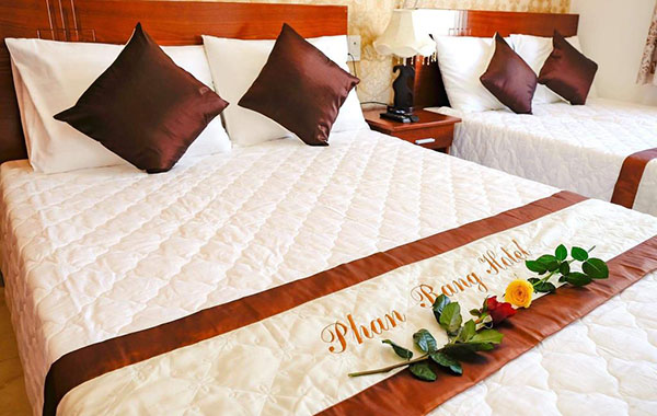 Logo khách sạn luôn hiện hữu trên giường ngủ khiến khách hàng dễ ghi nhớ