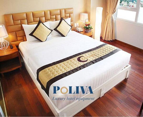 Tấm vải trải ngang giường ngoài việc trang trí còn có nhiều công dụng thực tế khác