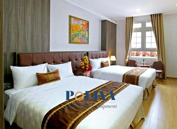 Tạo nên sự đồng bộ giữa tấm trang trí giường với những đồ amenities trong khách sạn