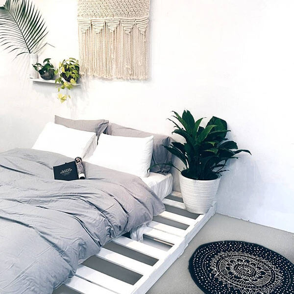 Giường pallet trắng đơn giản mà tinh tế