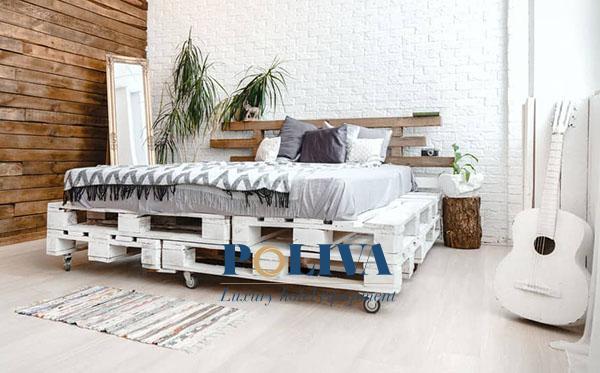Giường pallet màu trắng có lắp bánh xe để di chuyển thuận tiện hơn