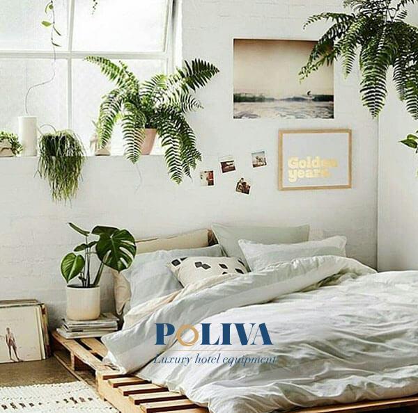Giường pallet kết hợp với cây cối tạo nên một không gian rất thân thiện với môi trường