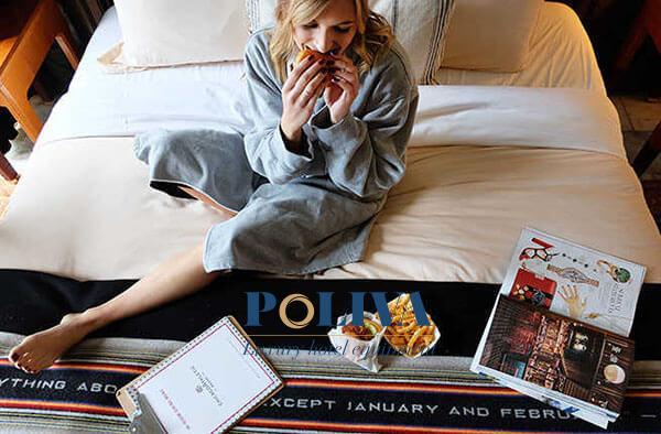 Tấm trang trí giường sẽ hạn chế đồ ăn uống rơi rớt trực tiếp xuống đệm, ga giường