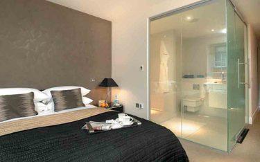 Vì sao 10/10 khách sạn setup phòng tắm kính trong phòng ngủ?