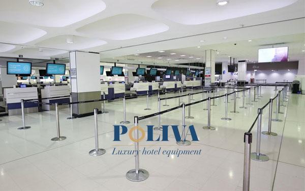 Vì sao cột chắn xếp hàng được lắp nhiều trước quầy check in sân bay?