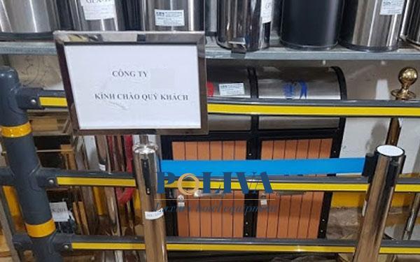 Bảng thông báo trên cột chắn inox là bộ phận quan trọng của thiết bị này