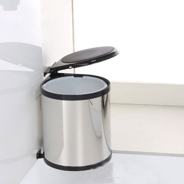sử dụng thùng rác nhà bếp