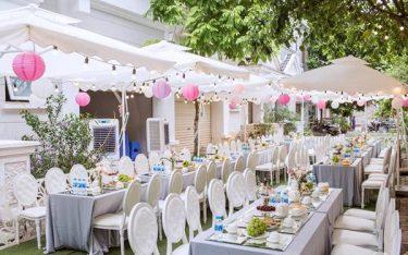 Sử dụng dù lệch tâm trang trí tiệc cưới là xu hướng HOT hiện nay