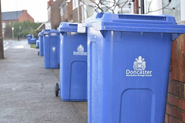 Thùng rác nhựa cỡ lớn có thể chứa đựng được nhiều rác thải cùng lúc