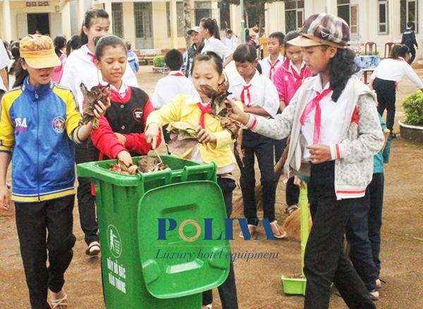 Trang bị thùng rác trong trường học góp phần tạo môi trường xanh - sạch - đẹp, nâng cao ý thức của học sinh