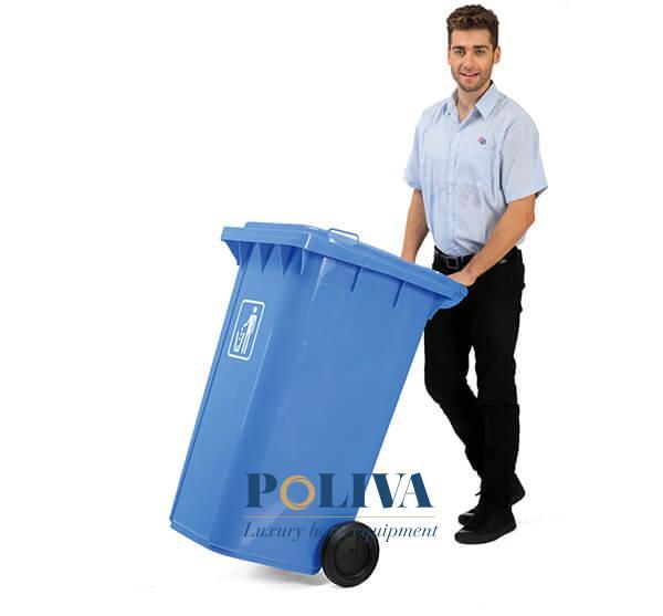 Thùng rác có bánh xe giúp người thu gom rác dễ dàng di chuyển