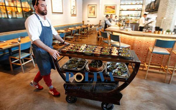 Xe đẩy thức ăn mang lại lợi ích gì cho nhân viên phục vụ